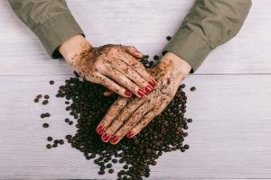 kávový peeling na suché ruky a pokožku na tvári