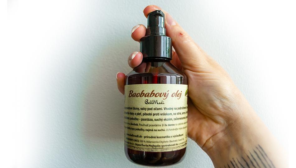 Baobabový olej v ruke