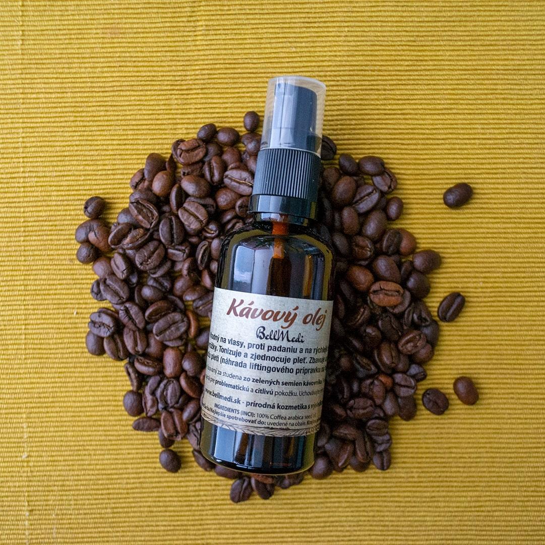 Kavovy olej na zltej podlozke a zrnach kavy