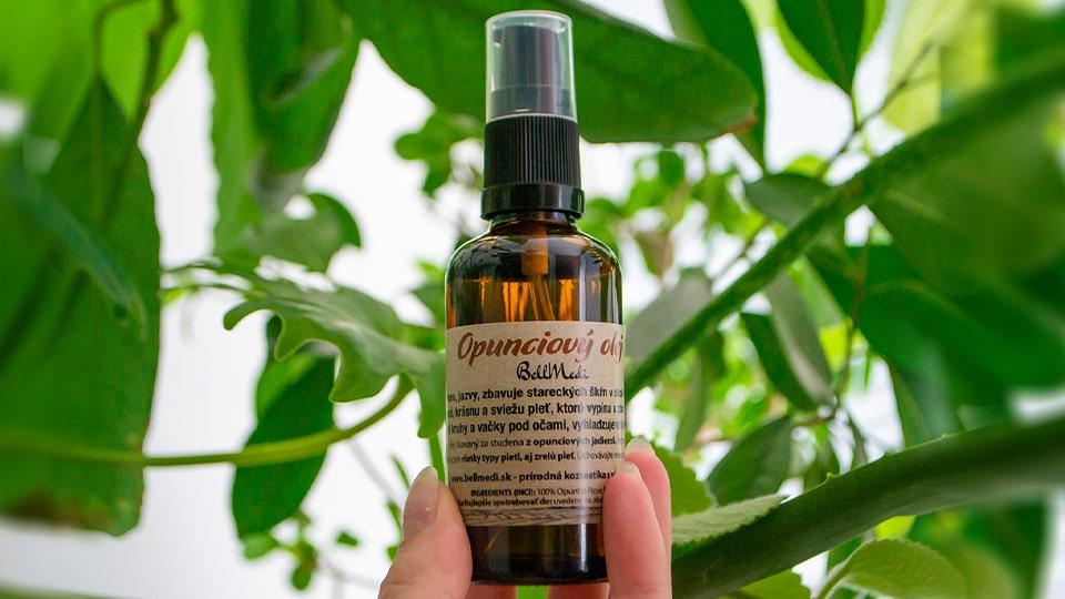 Opunciovy olej so zelenymi rastlinami v pozadi